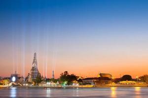 bangkok, thailandia, 2020 - lunga esposizione di luci e wat arun di notte