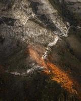 luce rossa sul pendio della montagna