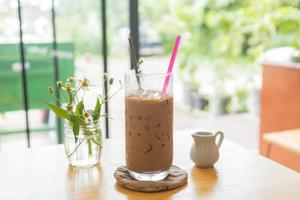 caffè ghiacciato sul tavolo foto