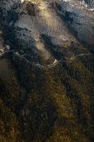 strada di montagna innevata dalla vista aerea