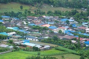 villaggio ai piedi della montagna foto