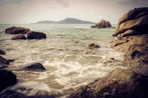 rocce nel mare a phuket, thailandia.