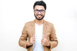 uomo asiatico con i baffi sorridente su sfondo bianco