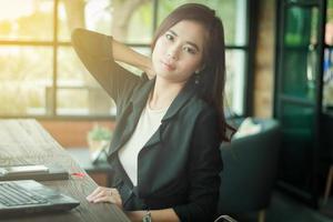 donna asiatica di affari che lavora in un caffè