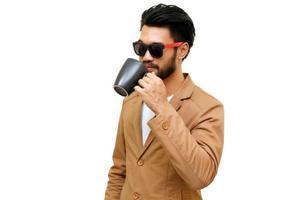 uomo asiatico con i baffi che beve caffè su sfondo bianco