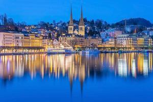 fiume reuss con la chiesa di san leodegar a luzern, svizzera