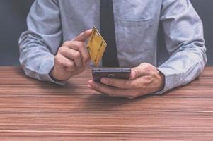 uomini d'affari utilizzando la carta di credito