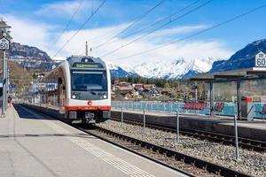Treno in arrivo alla stazione ferroviaria locale sul lago di Brienz, Svizzera