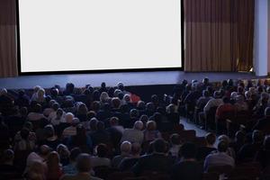 mosca, russia, 2020 - pubblico seduto di fronte a un palco vuoto con uno schermo bianco vuoto