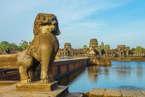 antico tempio di angkor wat dall'altra parte del lago, siem reap, cambogia