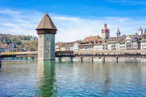 Il ponte della cappella e il lago di Lucerna a Lucerna, Svizzera