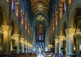 interno della cattedrale di notre dame, parigi, francia