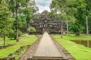vista del tempio baphuon, angkor thom, siem reap, cambogia