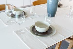 tavola apparecchiata sul tavolo da pranzo a casa foto