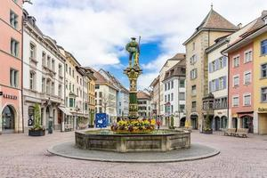 fontana sulla piazza fronwagplatz a sciaffusa, svizzera