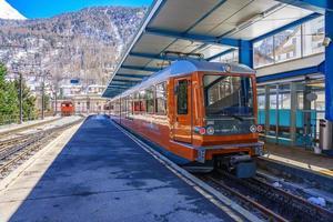 Il trenino rosso salendo alla stazione di Gornergrat a Zermatt, Svizzera