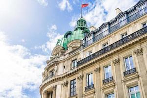 vecchio edificio a parigi, francia