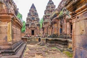 tempio di banteay srei dedicato a shiva, nella giungla della zona di angkor in cambogia