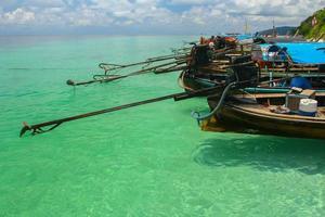 ko poda, thailandia, 2020 - barche lunghe di fila
