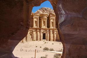 vista da una grotta di ad deir, monastero nell'antica città di petra, giordania