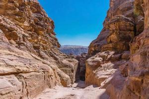 vista delle rocce e strada per il monastero di petra, in giordania