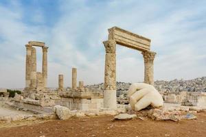 Tempio di Ercole, colonne corinzie romane a Citadel Hill ad Amman, in Giordania