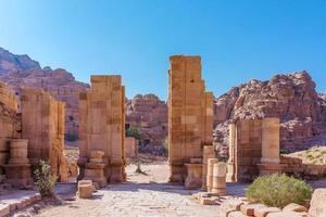 le rovine delle porte del grande tempio a petra, in giordania