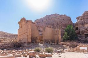 le rovine del grande tempio di petra, in giordania