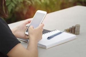 donna utilizzando smart phone foto