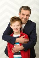 padre che abbraccia il figlio foto