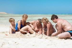 famiglia nella sabbia foto