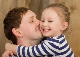 padre che abbraccia la figlia foto