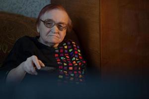 donna anziana guardando la tv