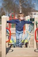 giovane ragazzo in un parco giochi foto