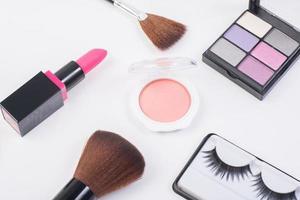 vista dall'alto di una collezione di prodotti cosmetici di bellezza foto