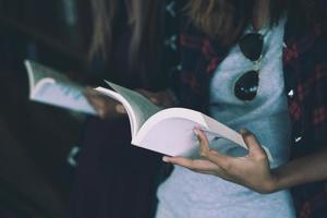 primo piano di una donna che tiene un libro