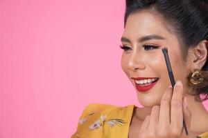ritratto di una donna con pennello trucco foto