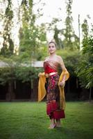 bella donna che indossa un tipico abito thailandese foto