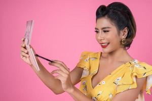ritratto di una donna con trucco e pennello cosmetico foto