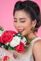 ritratto di una bella donna con bouquet di fiori foto