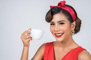 felice donna alla moda mano che tiene tazza di caffè foto
