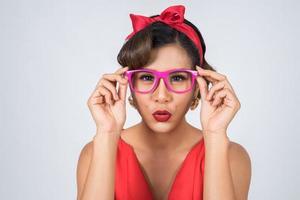 ritratto di una donna alla moda che indossa occhiali da sole rosa