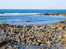 mare azzurro durante il giorno foto