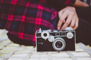 primo piano della donna hipster con fotocamera vintage foto