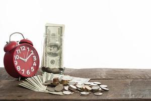 primo piano di dollari e monete per il cambio valuta su sfondo bianco foto
