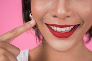 primo piano della donna alla moda con le labbra rosse foto