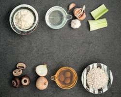 ingredienti da cucina su uno sfondo grigio scuro foto
