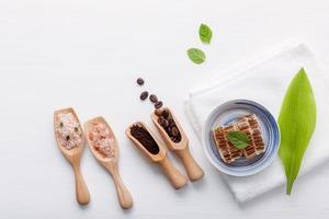 prodotti per la cura della pelle a base di erbe naturali su bianco foto