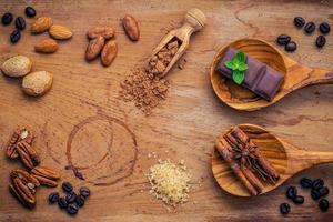 cottura degli ingredienti su uno sfondo di legno rustico foto