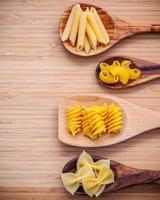 pasta su cucchiai di legno foto